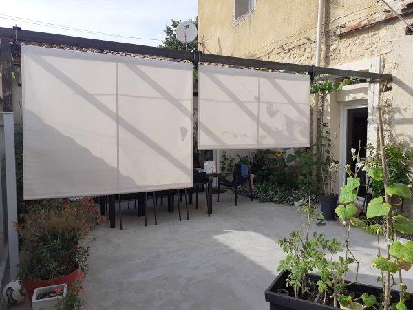 Store vertical bon plan installé sur une pergola métallique